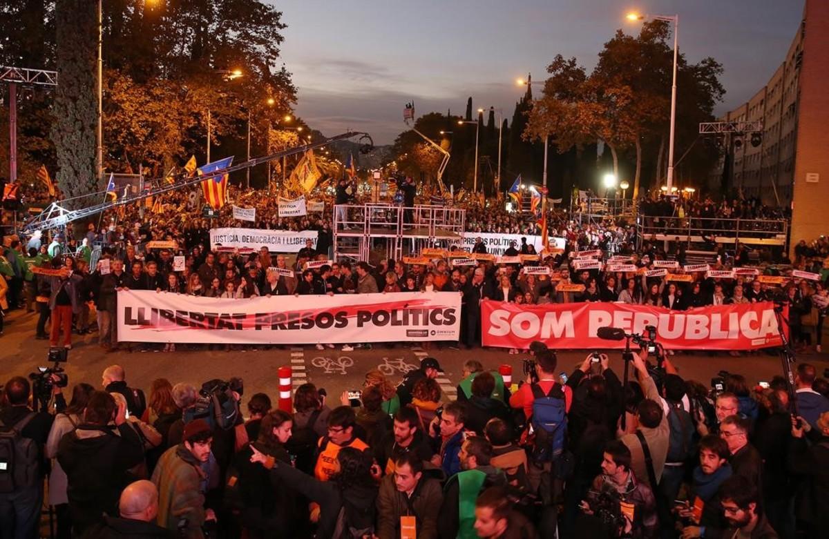 Una de las cabezeras con los lemas Som Republica y Llibertat presos politics
