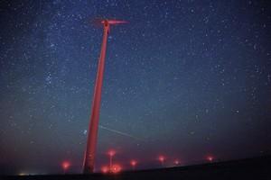 Fotografía que muestra una lluvia de estrellas sobre un molino de viento en el Parque eólico Saint Nikola en Kavarna Bulgaria en 2016.