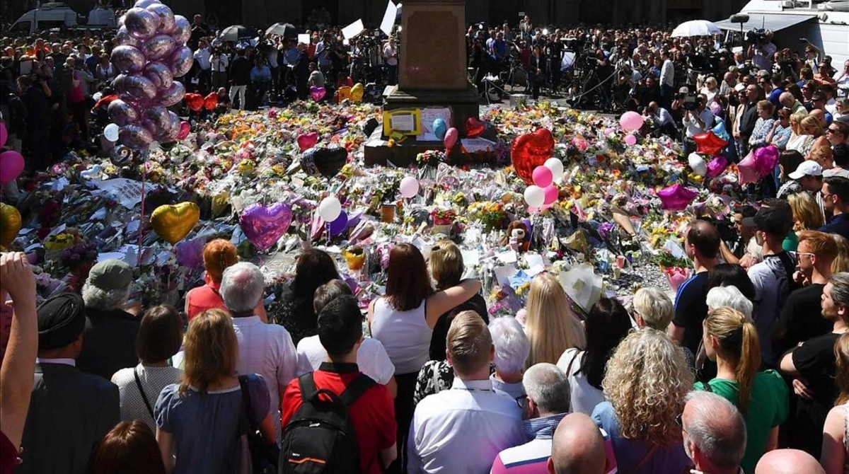Una multitud observa un minuto de silencio en St Anns Square, en el tributo a las víctimas, en Manchester, el 25 de mayo.