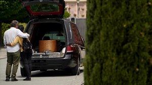Una pareja despide a un ser querido en un cementerio, esta semana en Madrid.