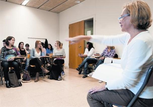 Unas maestras de primaria reciben clases de reciclaje en la asociación Rosa Sensat, en Barcelona.