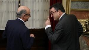 El ministro de Hacienda, Cristóbal Montoro, con el portavoz y negociador prespuestario del PNV, Aitor Esteban, en el Congreso de los Diputados, este mes de julio.