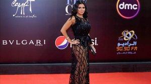 La actriz egipcia Rania Yussef posa en la alfombra roja del Festival de Cine de El Cairo.