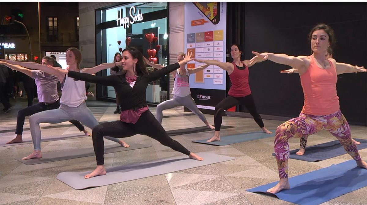 Uno de los momentos del 'flashmob' de YogaOne by DiR, en el Triangle.