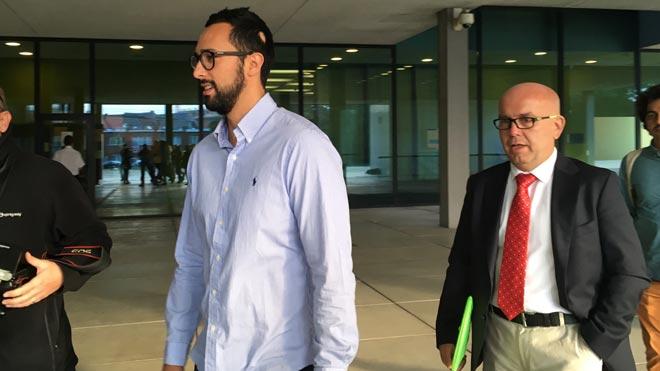 Valtònyc llega a los juzgados de primera instancia de Gante acompañado de su abogado Gonzalo Boye.