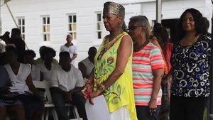 Varios descendientes de esclavos hacen cola para recitar el nombre de sus antepasados en la plantación de Sotterley.