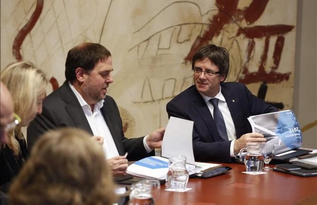 El vicepresidente del Govern, Oriol Junqueras, y el president, Carles Puigdemont, en una reunión del Consell Executiu.