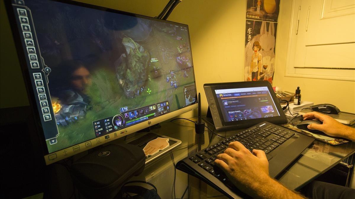 Un joven juega a un videojuego online.