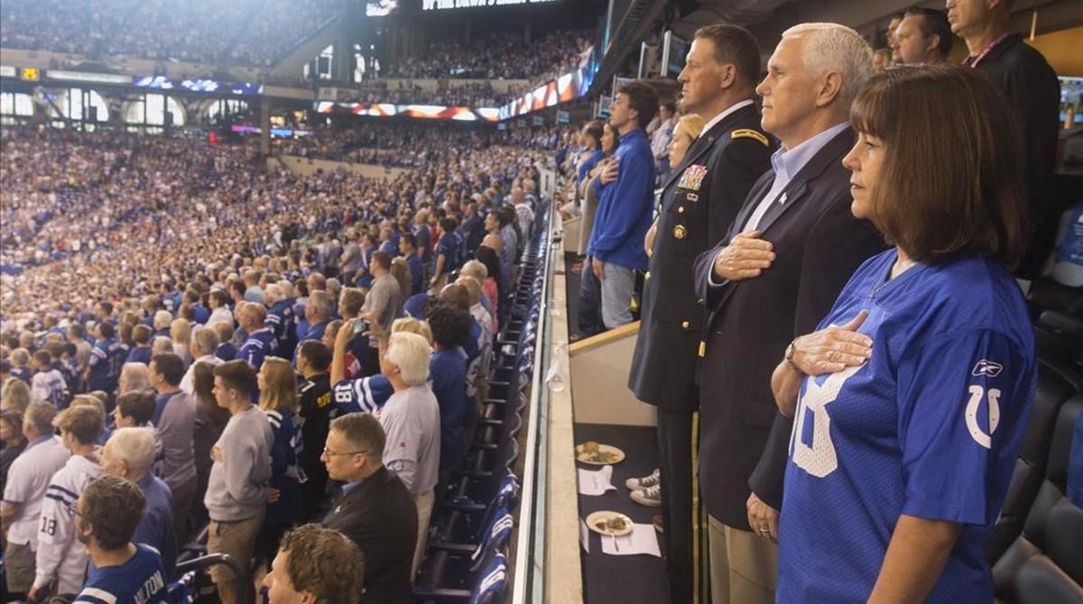 El vicepresidente de EEUU en el momento en que sonaba el himno en el estadio.