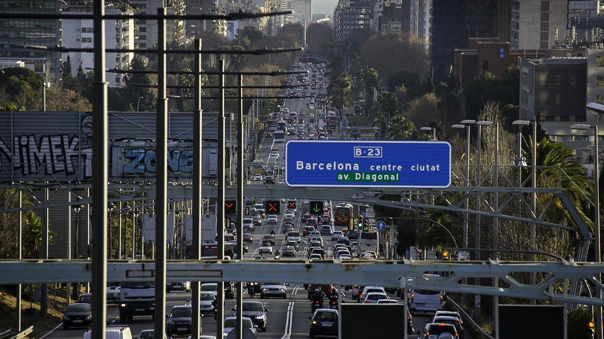 Tráfico intenso en la salida de Barcelona por la Diagonal a primera hora de la mañana, el pasado enero.
