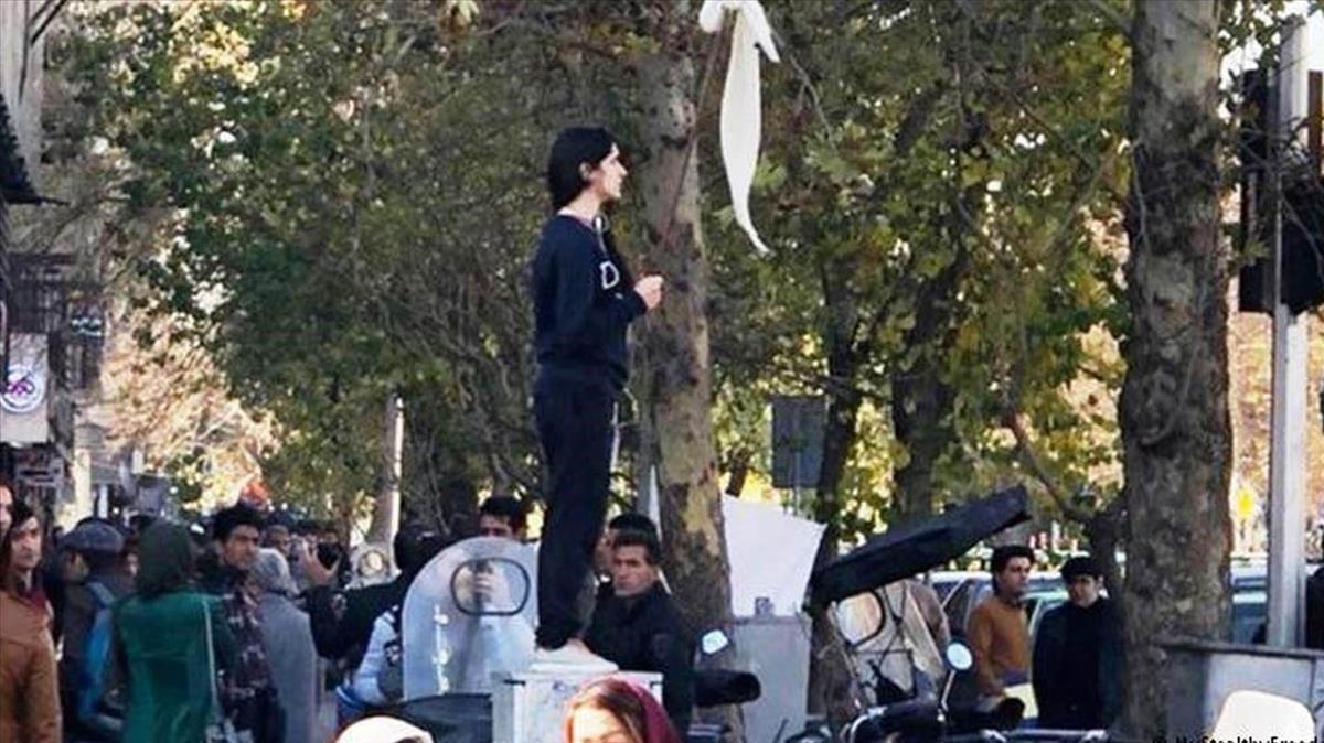 Vida Mohaved muestra su velo blanco en un palo en la primera protesta de la calle Enghelab (Revolución).