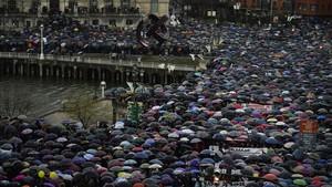 Cientos de personas participan en la manifestación de los pensionistas en Bilbao.