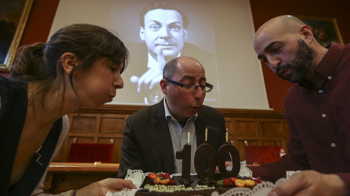 David Kaiser (en el centro), historiador de la ciencia del MIT, experto en Richard Feynman (en la pantalla), el genial fisico cuyo centenario se celebra este ano.