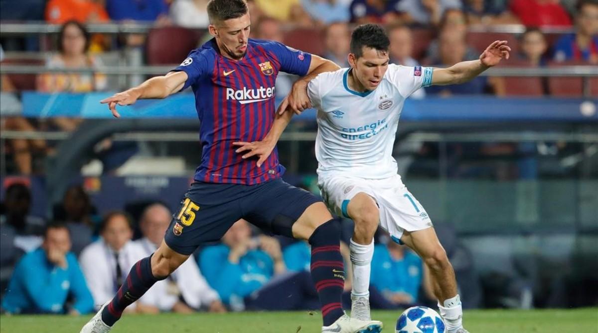 Lenglet porfía con Irving Lozano en el partido entre el Barça y el PSV en el Camp Nou.