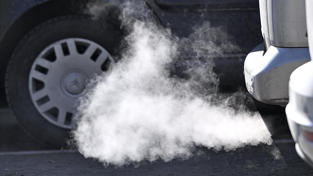 El humo producto de la combustión de un coche diésel en Essen (Alemania).