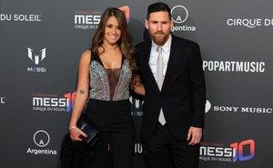 El futbolista argentino Leo Messi y su esposa Antonella Rocuzzo posan para los fotógrafos en la alfombra roja de la fiesta de presentación del nuevo show de Cirque du Soleil inspirado en el jugador del F.C. Barcelona, este jueves en el Camp Nou.