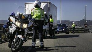 Una patrulla Espiell (coche camuflado) y dos motoristas interceptan y multana un conductor que iba comiendo mientras conducía.
