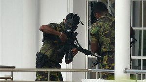 Fuerzas especiales del ejército de Sri Lanka en una acción frente a una casa tras uno de los ataques suicidas.