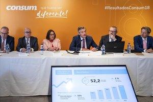 Juan Luis Durich (centro), director general de Consum, en la presentación de los resultados de la cooperativa de 2018