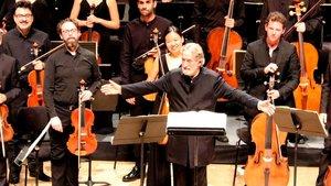 Jordi Savall yLe Concert de Nations, saludanal final del conciertoinaugural de la temporada de Musica Antiga del Auditori.