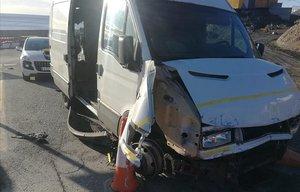 Una furgoneta kamikaze amb 52 immigrants irromp a la frontera de Ceuta