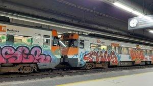 Tren pintado, este jueves en la estación barcelonesa de Sants.