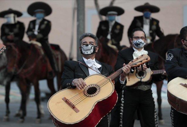 Los músicos de mariachi cantan una serenata en la mítica plaza Garibaldi, ahora vacía de visitantes.