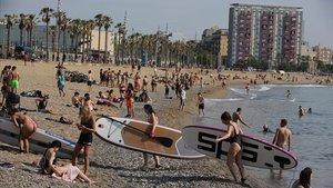 Usuarios en la playa de Sant Sebastià el pasado 28 de mayo.
