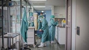 Personal sanitario trabajando en la UCI del Hospital de Sant Pau, en Barcelona.