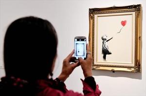 Banksy muestra cómo trituró 'Girl with Ballon, red' tras ser subastada