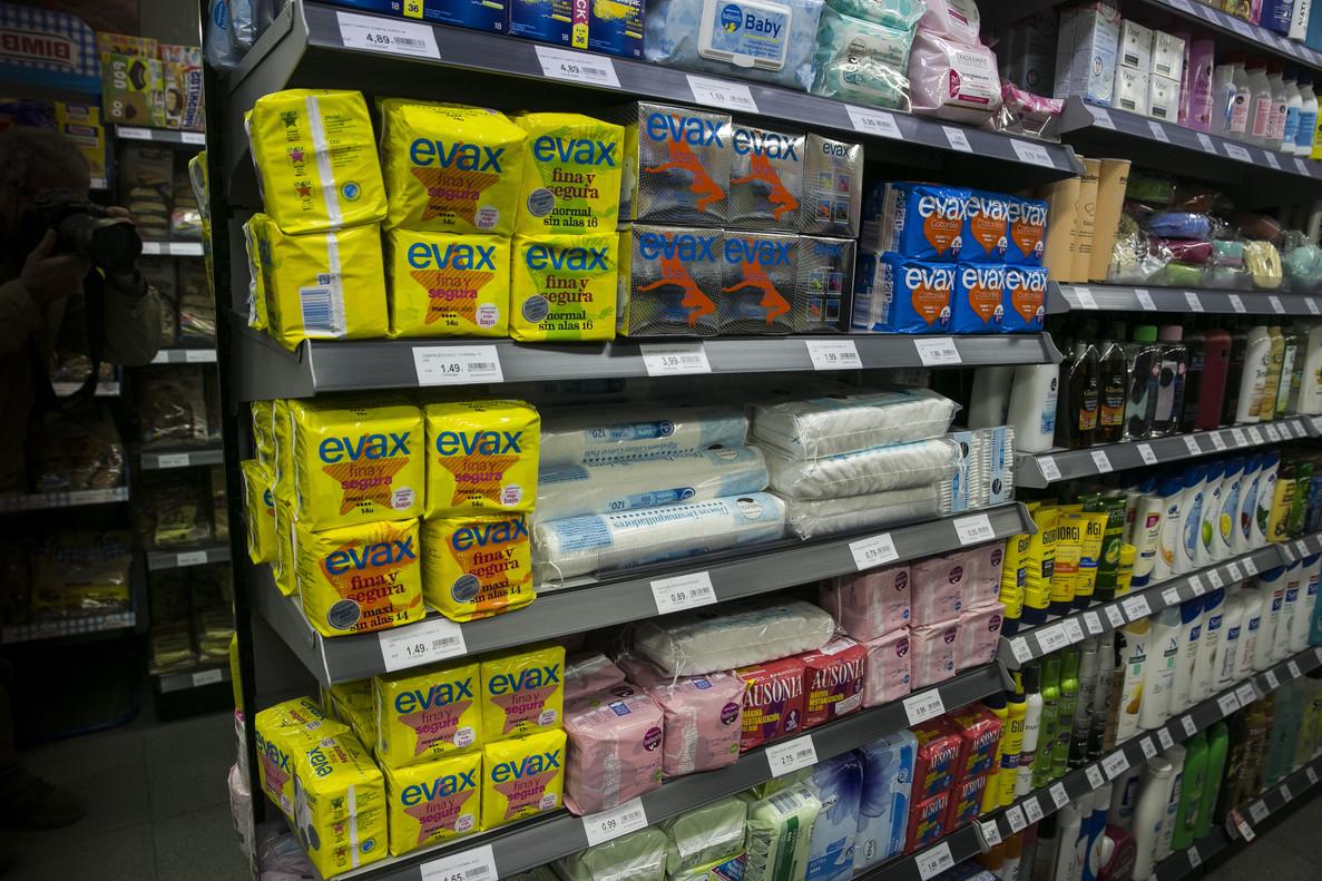 Productos de higiene íntima femenina en un supermercado.
