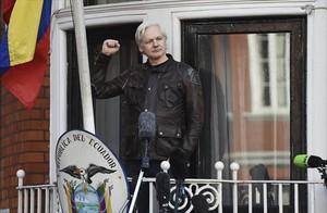 Assange saluda desde la embajada ecuatoriana.