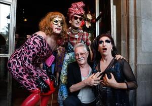 Nazario, con tres amigas travestis que participaron en la celebración de los 40 años de Anarcoma, este miércoles en el restaurante Ocaña de la plaza Real.