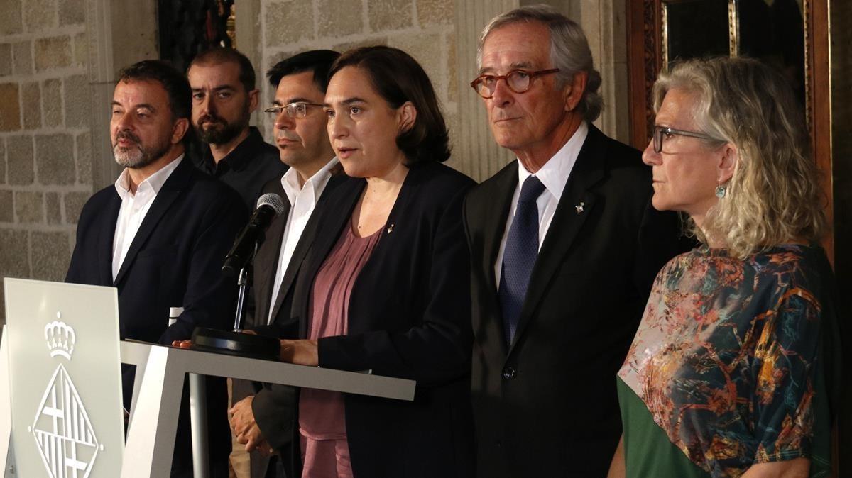 Declaración institucional de la alcaldesa junto con los representantes de los grupos PDeCAT, ERC, CUP y el regidor no adscrito.