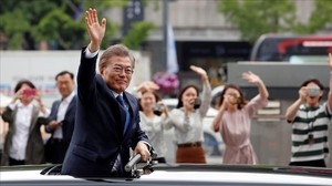 zentauroepp38365646 south korean president moon jae in waves as he heads for the180316114620