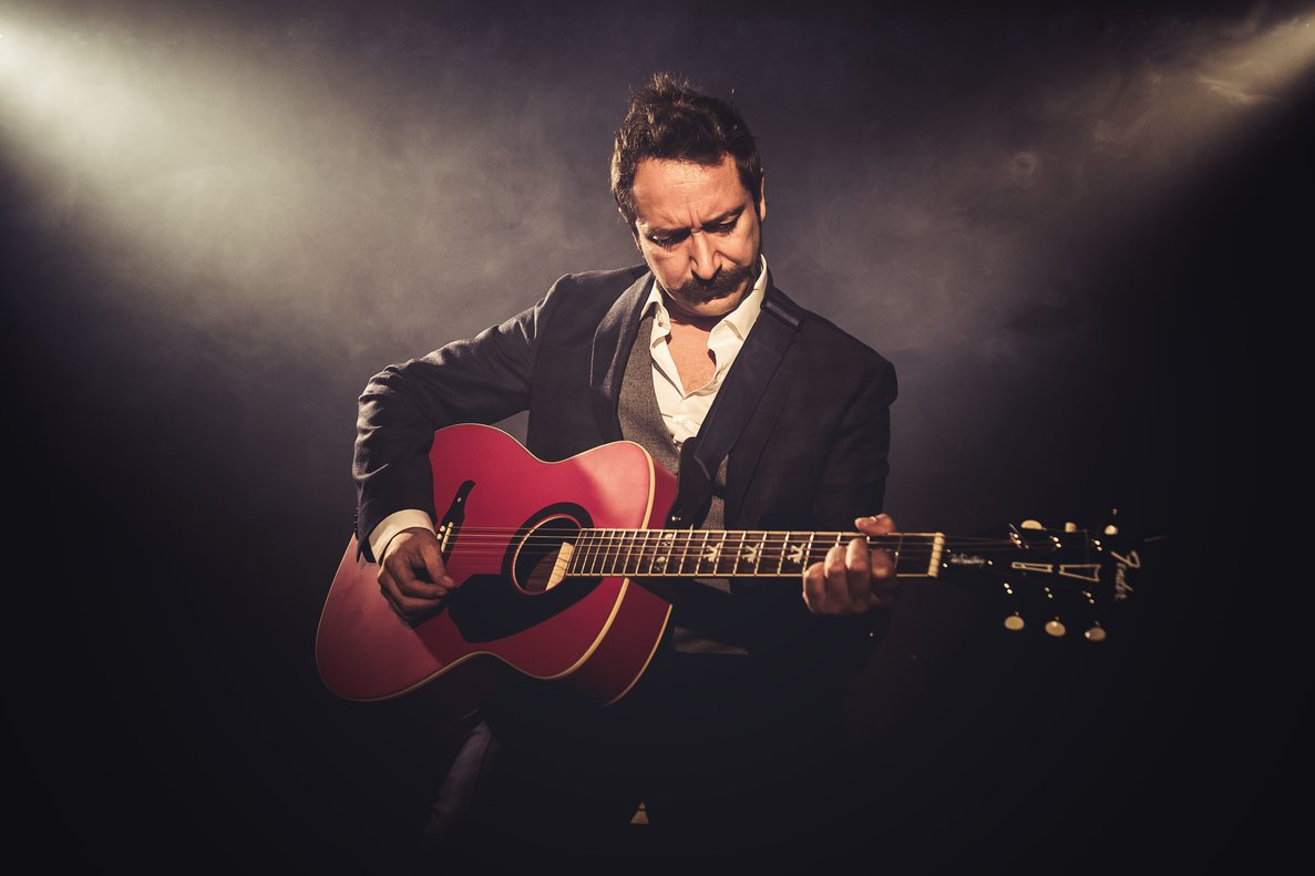 Litus, con su guitarra, en una imagen promocional.