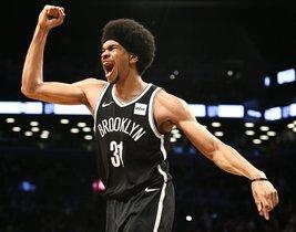 El centro de los Nets, Jarrett Allen (31), reacciona en el último cuarto ante los Pistons en el Barclays Center.