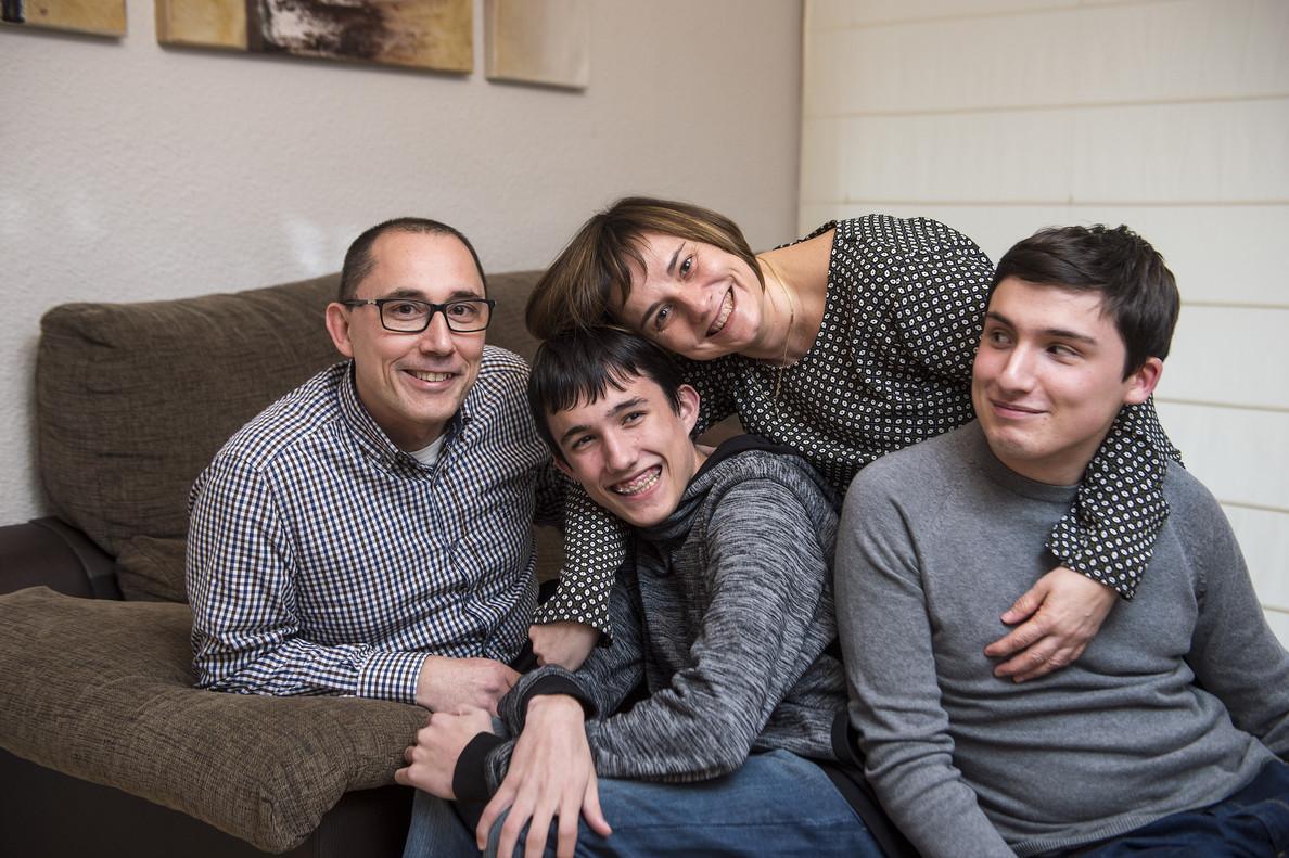 María Núñez y su marido, Manel Ramos, con sus dos hijos, Javier (derecha) y Óscar.