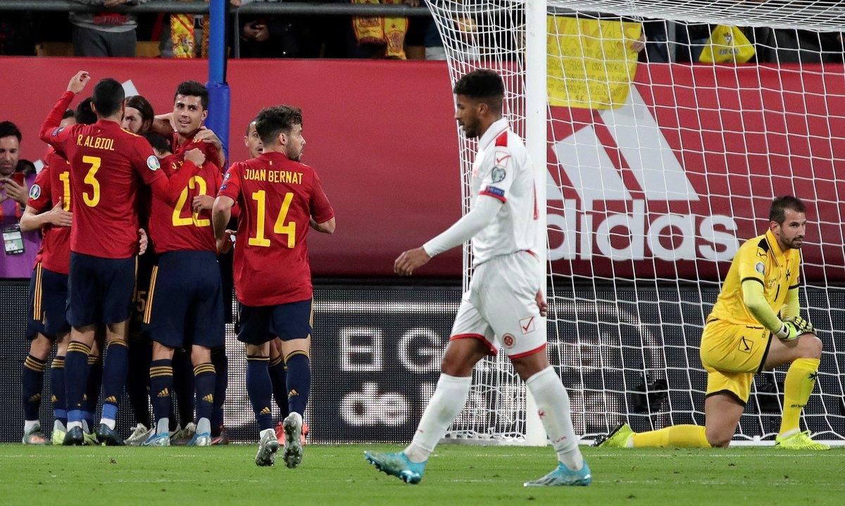 Los jugadores de la selección celebran un gol ante el lamento del portero y un defensa maltés.