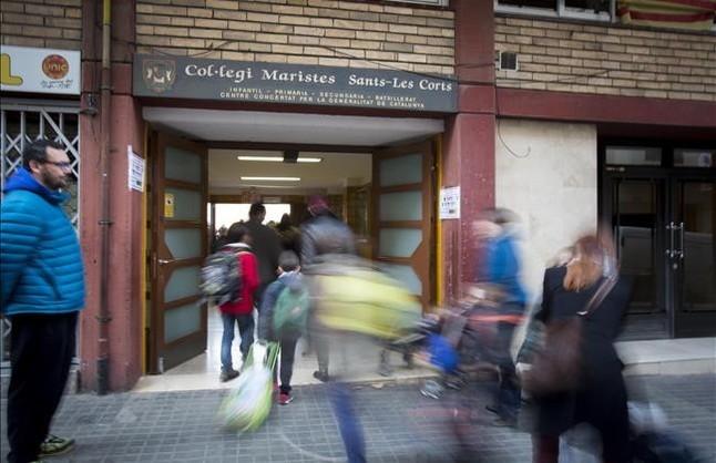 Acceso a las instalaciones de educación infantil y primaria del colegio de los Maristas en el barrio de Sants.