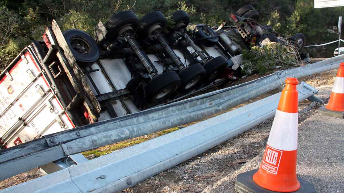 Accidente de camión en la carretera C-12 a la altura de Benifallet, Tarragona.