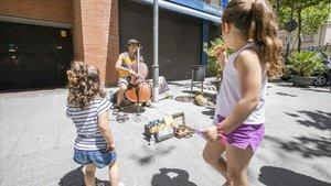 Actuación del músico callejero Manu Fusta, en Esplugues del Llobregat.