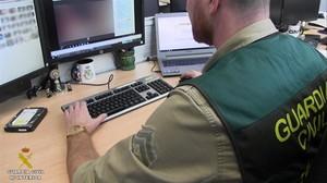 Un agente de la Guardia Civil llevandomaterial incautado, en una imagen de archivo.
