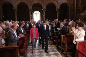 Los presidentes de la Generalitat, Carles Puigdemont, y del Parlament, Carme Forcadell, en el acto municipalista a favor del referéndum, en el paraninfo de la Universitat de Barcelona.