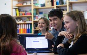 Alumnos de primaria en una clase práctica.