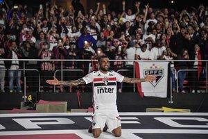 Dani Alves no dejará a Sao Paulo por otro equipo en Brasil.