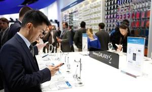 Uns visitants del Mobile World Congress proven terminals de telèfon a lestand de lempresa tecnològica Samsung, en lúltima edició.