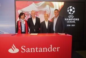 Ana Botín, presidenta del Banco Santander, junto con Guy-Laurent, director de márketing de UEFA Events, Rami Aboukhair, de Santander España, y Ronaldo Nazario.