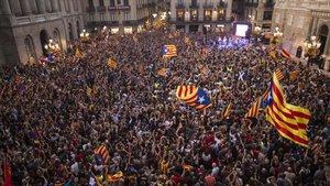La plaza Sant Jaume llena celebrando la proclamación de la República catalana,el 27 de octubre del 2017
