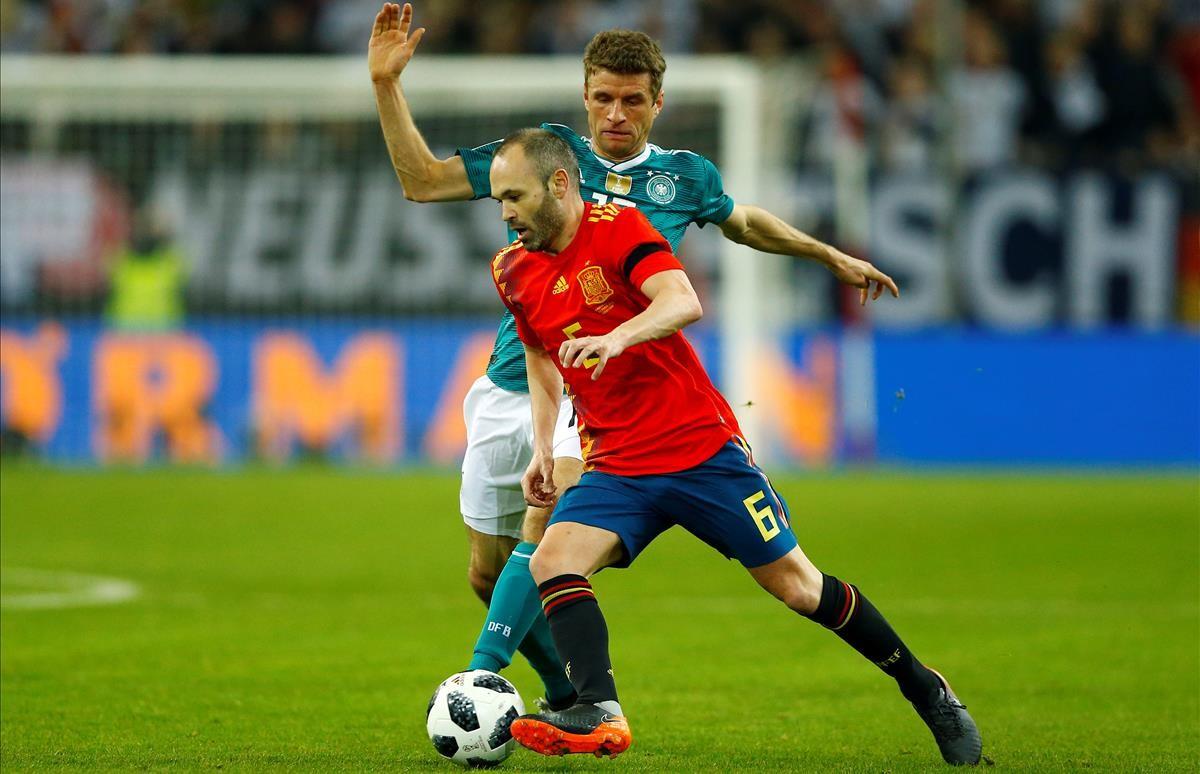 Andrés Iniesta se marcha de Müller durante el amistoso contra Alemania.